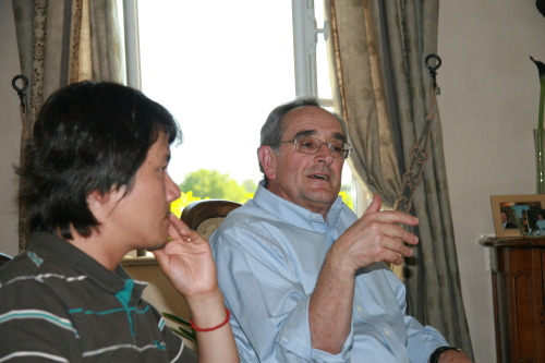 Kam Wu-seong (left) and French winemaker Jean Claude Berrouet talk at Berrouet's chateau in Bordeaux, France in 2009. (Stagefactory)