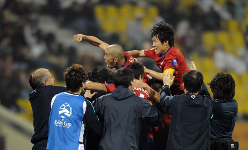 Korean players celebrate after they scored during a quarterfinal of the Asian Cup Qatar 2011 against Iran in Doha, capital of Qatar, Jan. 22, 2011. South Korea beat Iran 1-0. (Xinhua-Yonhap News)