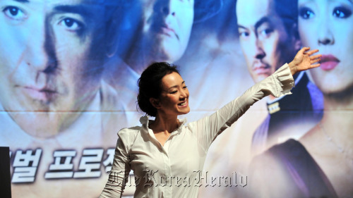 """Chinese-born actress Gong Li waves at a press conference in promotion of her new film, """"Shanghai,"""" at The Shilla Seoul, Monday. (Kim Myung-sub/The Korea Herald)"""