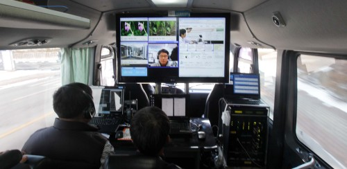Researchers of the Electronics and Telecommunications Research Institute demonstrate mobile broadcasting using the Long Term Evolution-Advanced technology in Daejeon on Tuesday. (Yonhap News)
