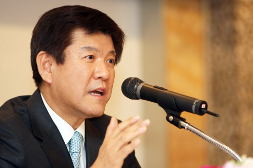 Industrial Bank of Korea CEO Cho Joon-hee addresses a news conference on Thursday. (Yonhap News)