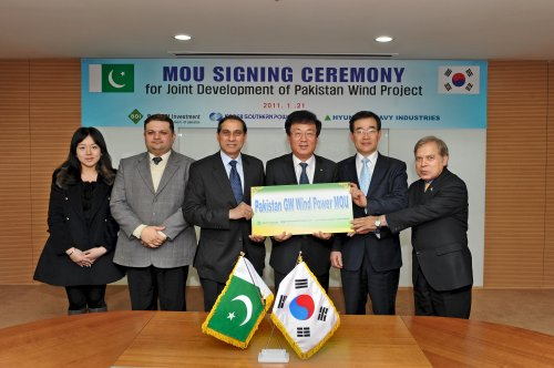 Present in the ceremony are (from right) Feroze Shah, advisor to the chairman of the Pakistan Board of Investment; Kim Kwon-Tae, senior vice president of Hyundai Heavy Industries; Nam Hoki, president of KOSPO; Shaukat Ali Mukadam, Pakistan ambassador;Fuad Hashim Rabbani, a commercial counsellor, and Shin Jung-min, trade development officer at the Pakistan Embassy