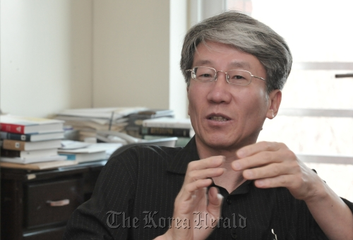 Han Dong-chul, professor of business administration at Seoul Women's University (Chung Hee-cho/The Korea Herald)