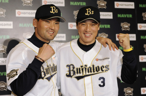 Korean stars Park Chan-ho (left) and Lee Seung-yeop pose with their new uniforms over the weekend. (Yonhap News)