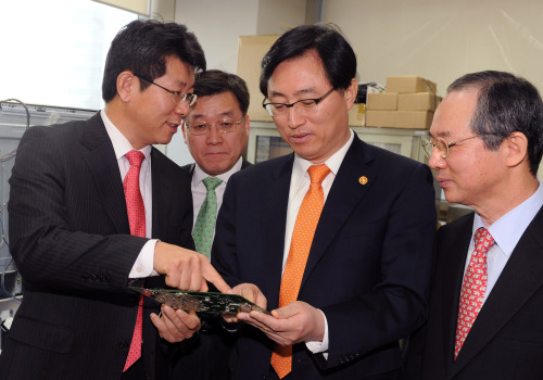 New Minister of Knowledge Economy Choi Joong-kyung (second from right) visits semiconductor firm TLI in Bundang, Gyeonggi Province, on Monday. (Yonhap News)