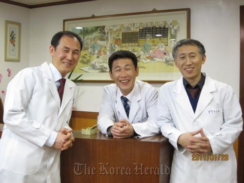 Park Su-hyun (right) poses with his brothers Sae-hyun (center) and Tae-hyun at his clinic. (Park Su-hyun)