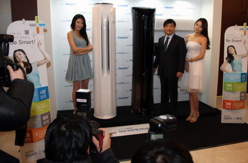 """Samsung Electronics' home appliances division head Hong Chang-wan (second from right) introduces the company's """"smart"""" air conditioners at its headquarters in Seoul on Jan. 11. (Yonhap News)"""