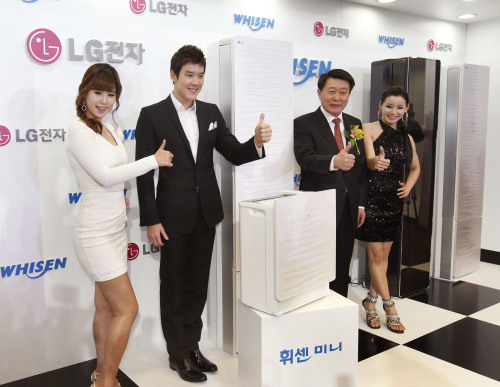LG Electronics' air conditioning and energy solutions division head Noh Hwan-yong (second from right) and Korean national team swimmer Park Tae-hwan (second from left) pose at a launch event for the company's new Whisen air conditioners in Seoul on Jan. 12. (Yonhap News)
