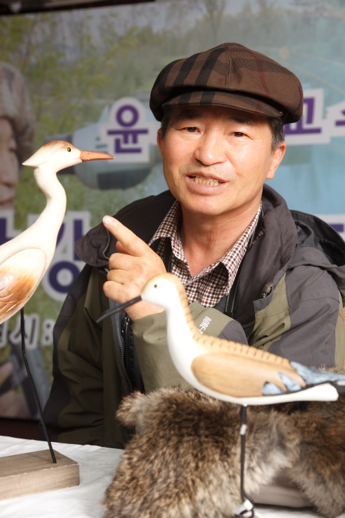 Yoon Moo-boo talks about migratory birds at the Han river during a winter ecology camp for students in January. (The Korea Herald)