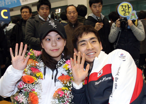 Speed skater Lee Seung-hoon (right) and figure skater Kwak Min-jeong pose for photos at Incheon International Airport on Monday. (Yonhap News)