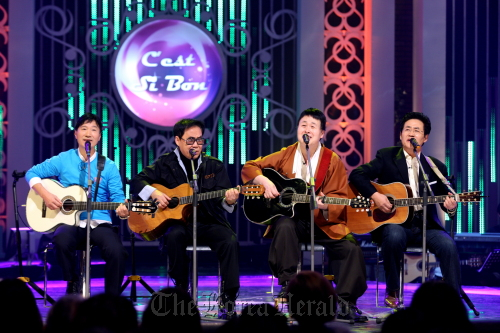"Musicians who performed at C'est si bon, a music salon in Seoul that was popular back in the 1970s, sing at ""C'est si bon Concert"" on MBC's variety show ""Nolleowa"" on Feb. 1. (From left) Kim Se-hwan, Cho Young-nam, Song Chang-sik, and Yoon Hyung-ju.  (MBC)"