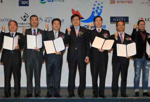"""(From left) Yoon Il-jung, of GS Retail's CVS division, Shin Hee-ho, CEO of Amoje, So Jin-sei, president of Lotte Super, Cho Yang-ho, chairman and CEO of 2018 PyeongChang Olympic Bid Committee, Kim Jang-sil, president of Seoul Arts Center, Park Dong-ho, CEO of Sejong Center for Performing Arts and Jung Kyu-ha, president of Rhythm & Theater, after signing the """"Best of Korea"""" MOU to cooperate for PyeongChang's bid to host the 2018 Winter Olympics on Tuesday at the Press Center in Seoul. (Yonhap News)"""