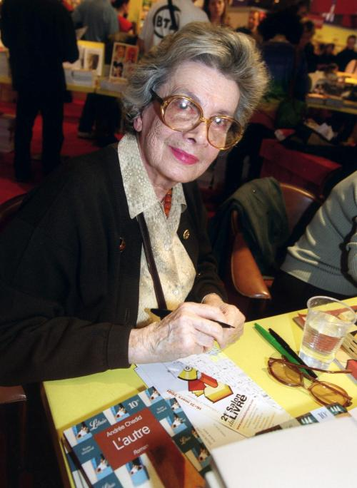 A picture taken on March 17, 2001 in Paris, shows Lebanese-born French writer Andree Chedid posing during a book fare. (AFP-Yonhap News)