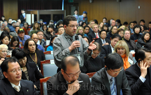 A foreign resident asks a question during the annual town meeting at Seoul City Hall on Dec. 17. (Seoul City)