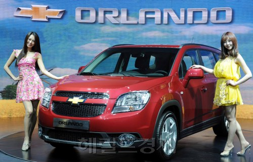 Models showcase the Chevrolet Orlando unveiled on the local market in downtown Seoul on Wednesday. (Lee Sang-sub/The Korea Herald)