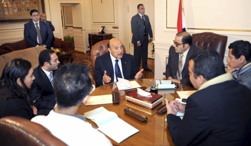 Egyptian Vice President Omar Suleiman (center) meets with representatives of protesters of the 25th January movement in Cairo on Sunday. (AP-Yonhap News)