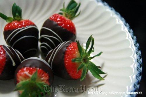 Chocolatier Louis Kang's chocolate-dipped strawberries. (Louis Kang Chocolatier)