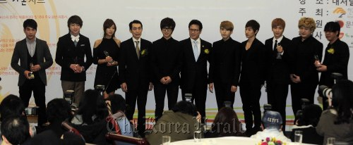 Culture Minister Choung Byoung-gug (center) poses with Bang Geuk-gyun (fourth from left), chairman of the Korea Music Content Industry Association, singer G.NA (third from left) and K-pop group Super Junior after the Gaon Chart award ceremony in Seoul on Wednesday. (Park Hae-mook/The Korea Herald)
