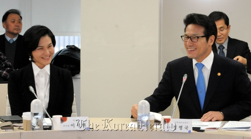 Lee Seo-hyun (left), vice president of Cheil Industries, and Choung Byoung-gug, culture minister, smile while attending the fashion forum held at the Cheil Industries building in central Seoul on Tuesday. (Ahn Hoon/The Korea Herald)
