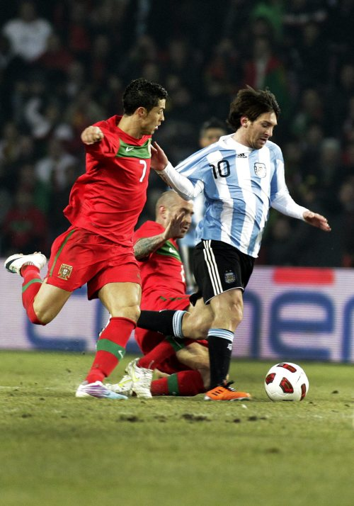Argentina's Lionel Messi (right) and Portugal's Cristiano Ronaldo challenge for the ball. (AP-Yonhap News)