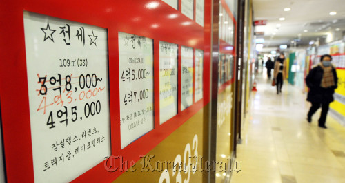 """A banner at a real estate agency in Jamsil, southern Seoul, reflects """"jeonse"""" prices which were raised Friday. (Park Hyun-koo/The Korea Herald)"""