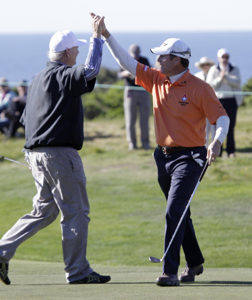 D.A. Points (right) is greeted by actor Bill Murray after chipping the ball in for a birdie on the 16th green of the Monterey Peninsula Country Club during the first round of the Pebble Beach National Pro-Am golf tournament in Pebble Beach, California, Thursday. (AP-Yonhap News)
