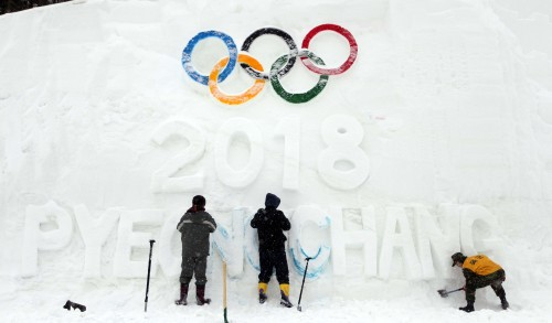 Sculptors install a snow sculpture featuring the initials of PyeongChang's 2018 Olympic bid and the five Olympic rings on Friday in PyeongChang Country, Gangwon Province. (Yonhap News)