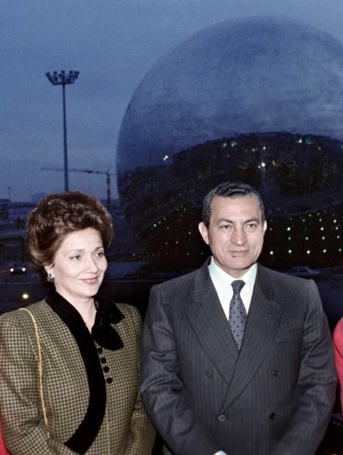 A picture dated Dec. 11, 1986 shows Egyptian President Hosni Mubarak (right) and his wife Suzanne Mubarak visit the Cite des Sciences et de l'Industrie during an official visit to France. (AFP-Yonhap News)