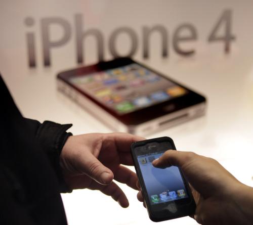 A Verizon Wireless employee helps a new iPhone user in New York, Thursday, Feb. 10, 2011. (AP-Yonhap News)