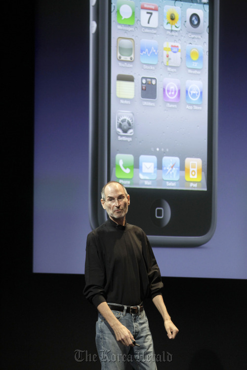 Steve Jobs, CEO of Apple Inc., talks about the Apple iPhone 4 at a news conference in Cupertino, California. (Bloomberg)
