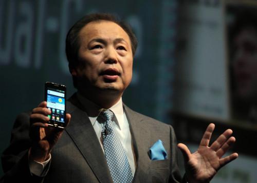 Shin Jong-kyun, president of Samsung Electronics' mobile business, addresses a news conference in Barcelona, Spain, on Monday. (Yonhap News)