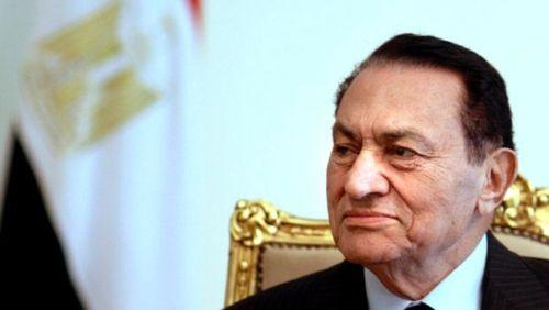 Egyptian President Hosni Mubarak looks on infront of Egypt's flag. (AP)