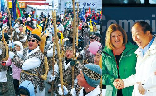 Residents of PyeongChang welcome the members of the IOC evaluation commission Monday as they arrive in the city to inspect its bidto host the 2018 Winter Olympics. In the right photo Park Yong-sung, president of the Korean Olympic Committee, shakes hands with Gunilla Lindberg, head of the evaluation team. (Kim Myung-sub/The Korea Herald)