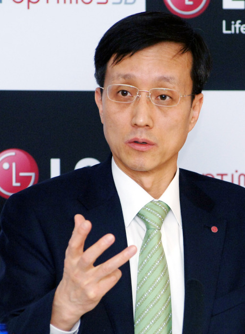 Park Jong-seok, president and chief executive of LG's mobile communications division, addresses a news conference in Barcelona, Spain, Monday. (Yonhap News)
