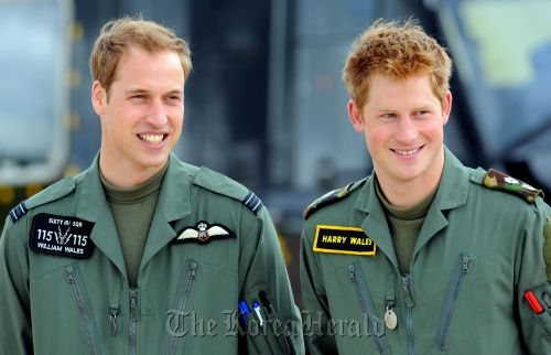 Britain's Princes William (left) and Harry at Royal Air Force Shawbury near Shrewsbury, central England, on June 18, 2009. (AFP)