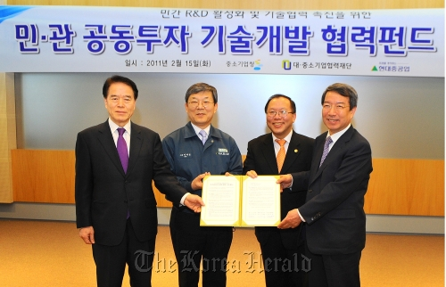 Hyundai Heavy Industries president Lee Jai-seong (third from left) and Chung Un-chan (left), chief of the Commission on Shared Growth for Large and Small Companies, pose in Ulsan after signing an agreement to set up a 30 billion won fund to support R&D in smaller firms on Tuesday. (Hyundai Heavy Industries)