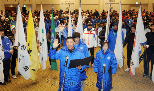 Participants of the 92nd National Winter Sports Festival take their vows under oath of the games on Tuesday at Yongpyong Resort, PyeongChang. (Kim Myung-sub/The Korea Herald)