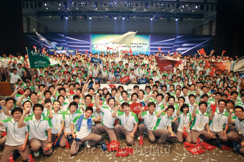 Hyundai Motor Co.'s employees recruited last year pose after a training camp. (Hyundai Motor Co.)