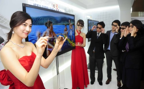 LG Electronics unveils a new 3-D television on Wednesday. (Chung Hee-cho/The Korea Herald)