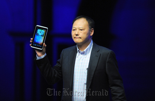 """Peter Chou, chief executive officer of HTC Corp., displays the new 7-inch screen """"Flyer"""" device during a news conference at the Mobile World Congress 2011 in Barcelona on Tuesday. (Bloomberg)"""