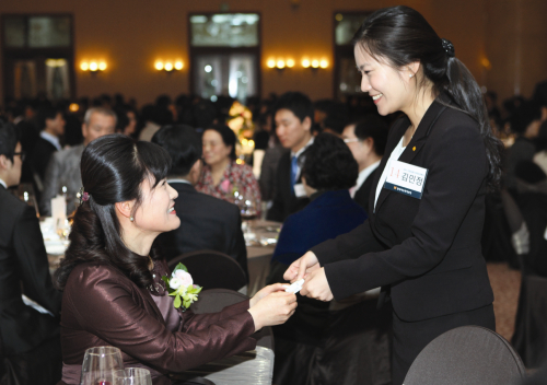 A new worker gives her business card out at a Hyundai Marine & Fire Insurance event on Jan. 29. (Hyundai Marine & Fire Insurance)