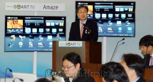 Yoon Boo-keun, president of the visual display business at Samsung Electronics, speaks to reporters about its new 3-D smart TVs at the firm's digital media research center in Suwon, Gyeonggi Province, on Thursday. (Park Hyun-koo/The Korea Herald)
