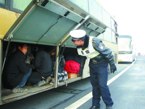 Seven excess passengers were found hiding in the trunk of a coach on Yongjin Expressway in East China's Zhejiang provinnce, Feb 13, 2011.Photo: Qianjiang Evening News