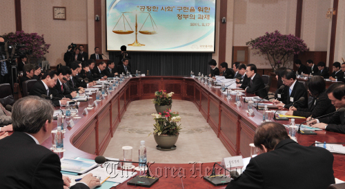 "President Lee Myung-bak speaks during a meeting at Cheong Wa Dae on Thursday to discuss measures toward achieving a ""fair society.""  (Chung Hee-cho/The Korea Herald)"