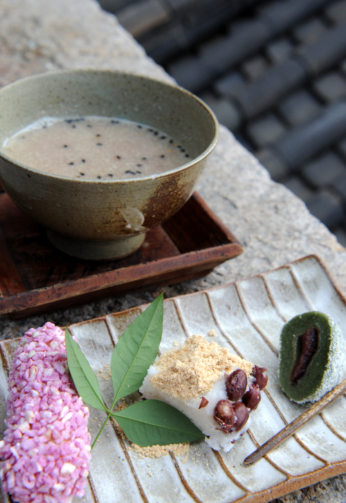 Ga Hwa Dang's nutty and rich wild sesame tea comes with a dish of artistically presentedKorean sweets. (Lee Sang-sub/The Korea Herald)