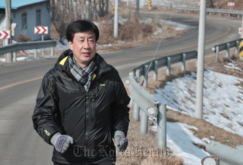 Shin Kwang-chul, general secretary at the Supporters' Association for Ethiopian Veterans of the Korean War, is shown training for the 72-day-long 1,950-kilometer grand march to support the Ethiopian Korean War veterans in Chuncheon. (Chung Hee-cho/The Korea Herald)