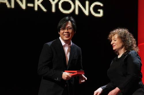 "Director Park Chan-kyong receives the Golden Bear award of the International Short Film Jury for the film ""Night Fishing,"" which he co-directed with his brother Park Chan-wook, at the Berlin International Film Festival held at Grand Hyatt in Berlin on Saturday. (AFP-Yonhap News)"