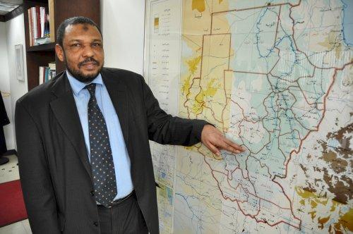 Sudan Ambassador Tageldin Elhadi points to the border between Sudan and South Sudan.(Yoav Cerralbo/The Korea Herald)