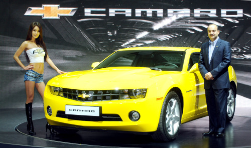 GM Daewoo Auto and Technology Co. vice president for sales Ankush Arora poses with the Camaro at the launch event in Seoulon Friday. (Park Hyun-koo/The Korea Herald)