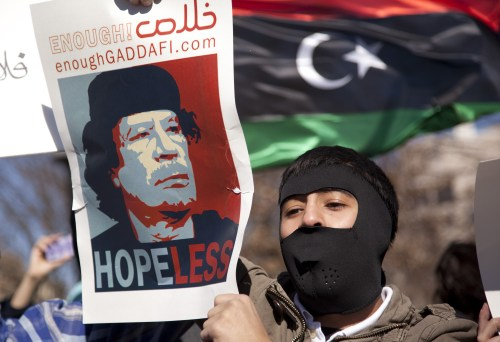 A demonstrator protests against Libya's Muammar Gaddafi outside the White House, Washington D.C. (Yonhap News)